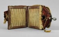 © Artigianato locale, GermaniaDoppia borsa con tavoliere da gioco,IImetà XVI secoloPelle, legno, pergamena, fili di seta, ferro, L (aperta) 58 cm,H 18,8 cm; Tavoliere: 19,3x 9cmVienna, Kunsthistorisches Museum, Kunstkammer
