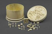 ©Artigianato locale, Austria (Vienna?)Scatolina con giochi in miniatura, III quarto del XVII secoloAvorio, in parte dipinto, scatolina: H 3,7 cm, Ø 5,3 cmVienna, Kunsthistorisches Museum, Kunstkammer