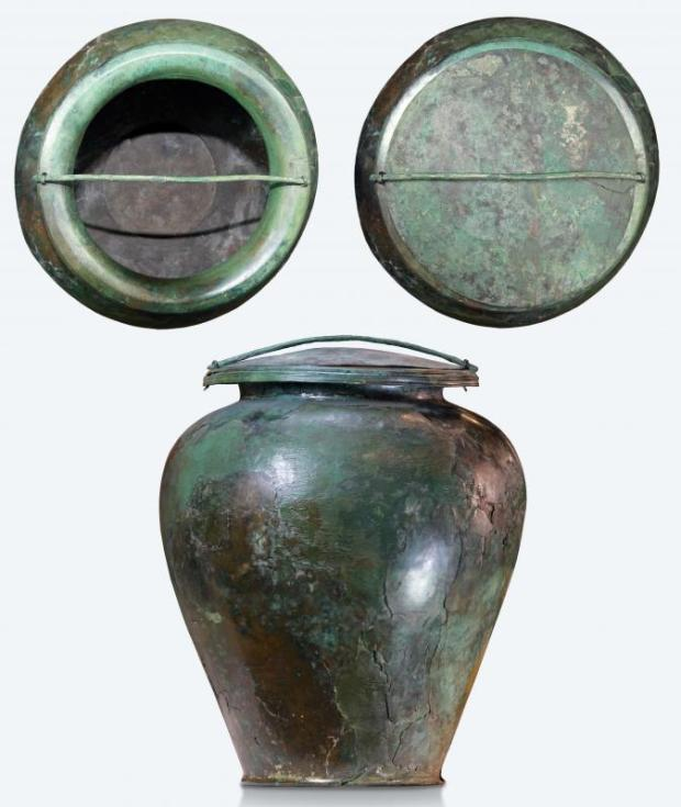 8_Grande vaso in bronzo (stamnos) con coperchio_cinerario della Tomba del Carro della Ca_ Morta_V sec. a.C._© MIBACT