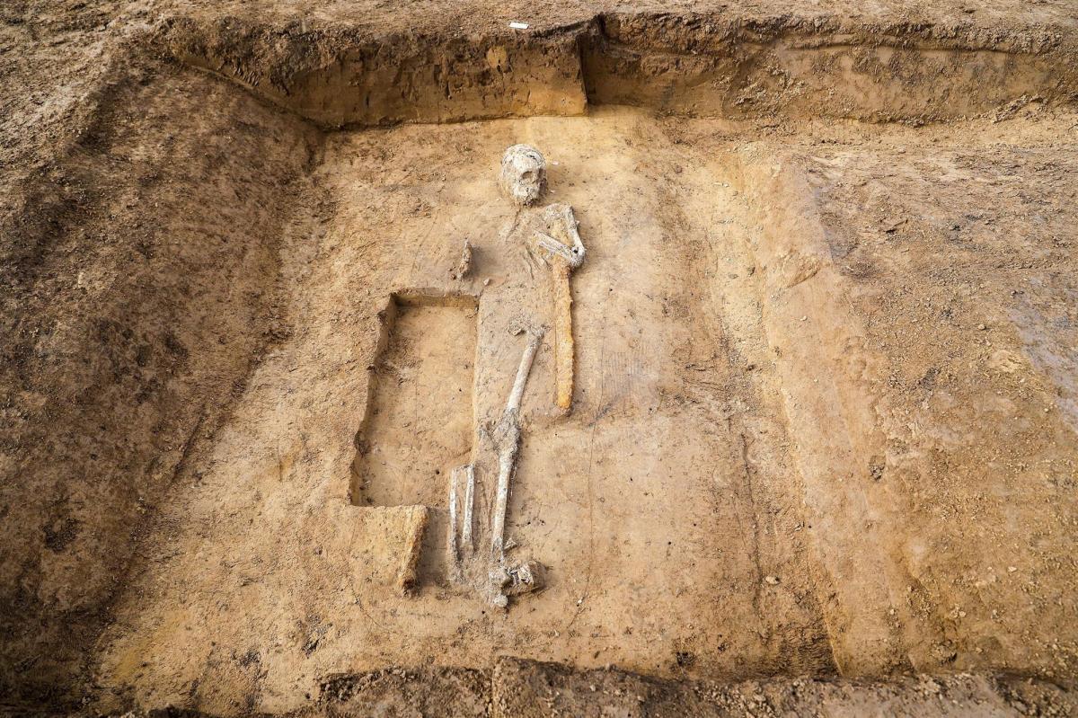 """ARCHEOLOGIA /  I cavalli, il """"gigante"""", la ragazza legata: scoperta in Germania eccezionale necropoli di epoca merovingia"""