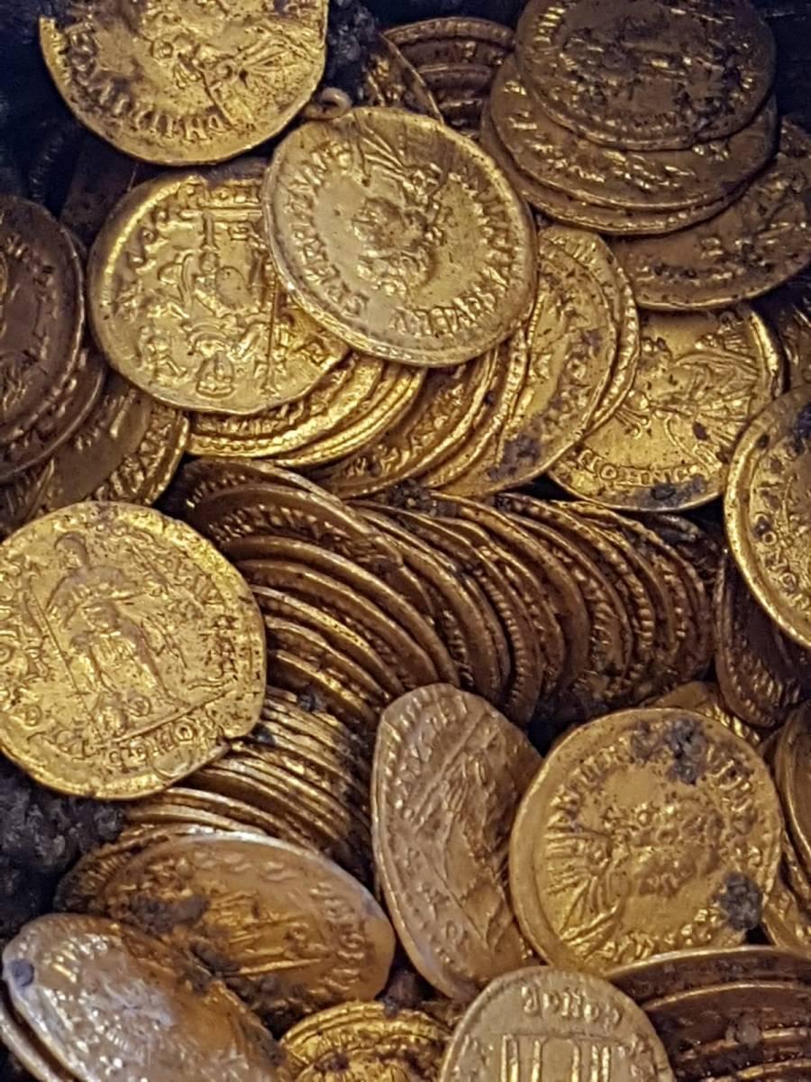 SCOPERTE / A Como riemerge un ricco deposito di monete imperiali romane [#FOTO]
